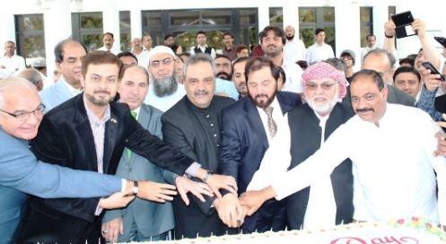 Ambassador of Pakistan to UAE Asif Durrani and distinguished Expat Pakistanis cutting cake to commemorate the 75th Pakistan National Day at Pakistan Embassy Abu Dhabi on 23-03-2015